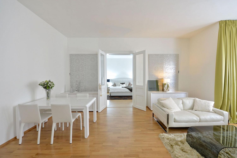 Obývací pokoj spojený s jídelnou laděný do bílých tónů