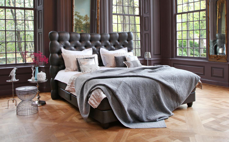 Tmavě hnědá postel v zámeckém prostředí Capita