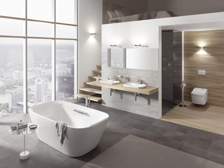 Nadčasová koupelna s volně stojící vanou