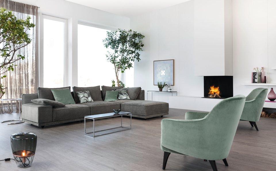 Prosvětlený obývací pokoj  s decetními šedými a mentolovými prvky