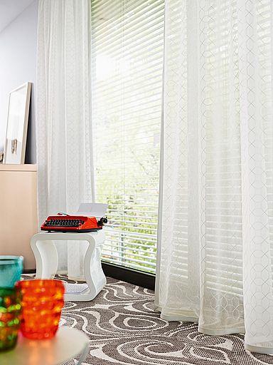 Záclony s decentním motivem prozáří interiér