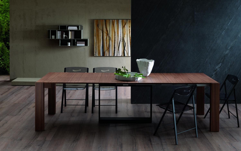 Prostorný jídelní stůl