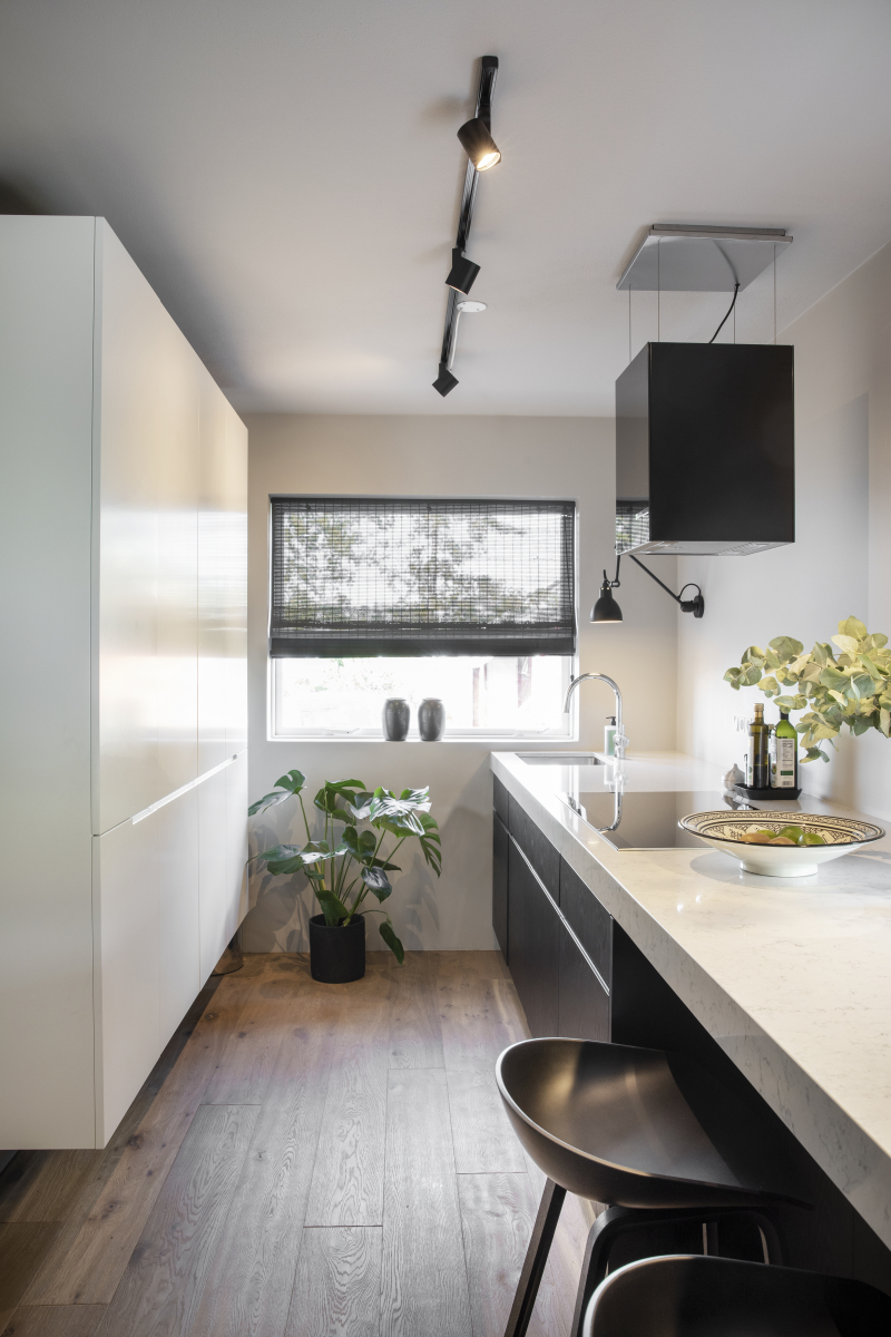 Moderní černobílá kuchyně
