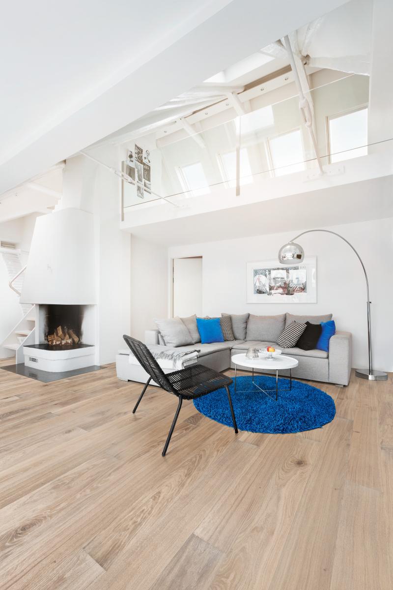 Podlaha ve světlém dřevěném dekoru