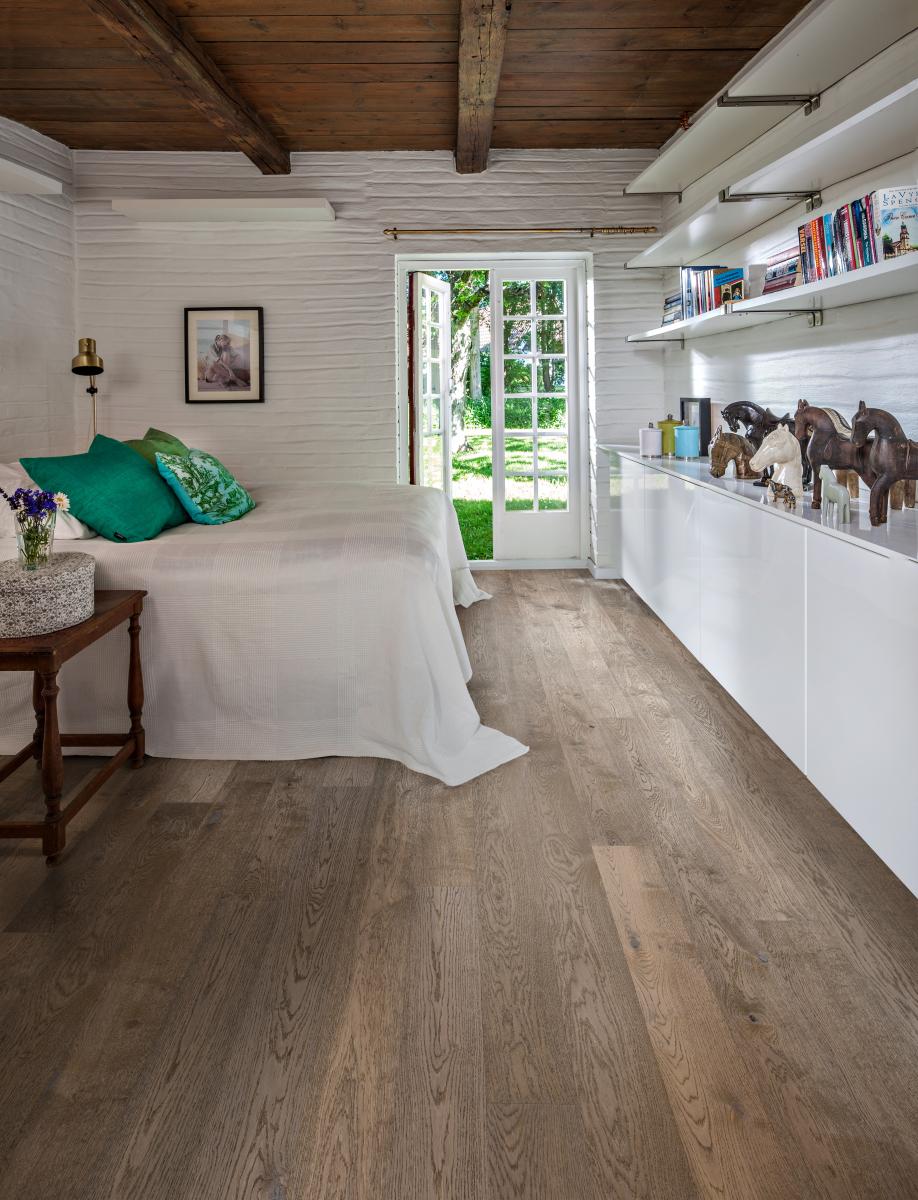 Podlaha v ložnici ve světlém dřevěném dekoru