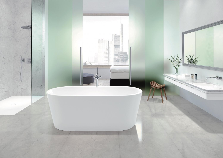 Nadčasová koupelna ve světlých barvách s volně stojící vanou