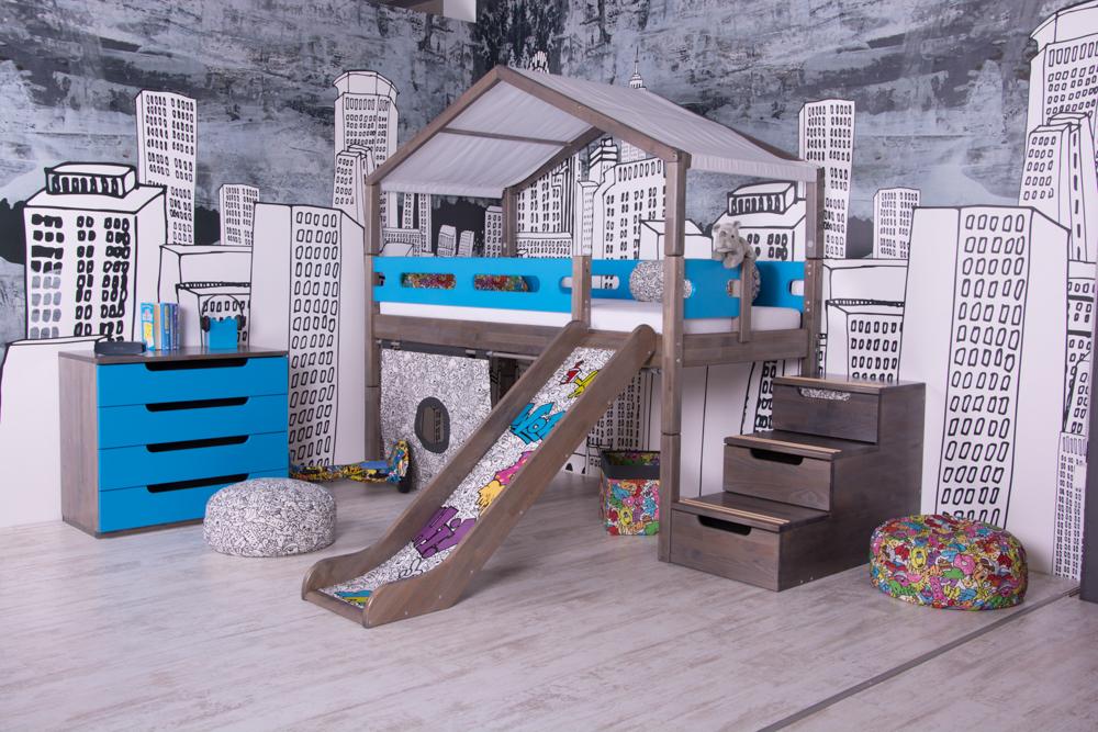 Dětský pokoj s dominantní tapetou a příjemnými barvami