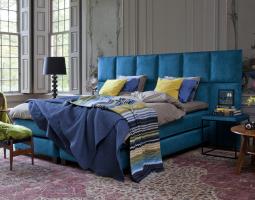 Modrá postel s dlouhým čelem v podobě čtverců Axana