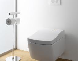 Toaleta v čistých barvách podtržena teplou podlahou