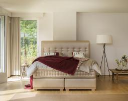 Zlatá postel s červený přehozem Alexia