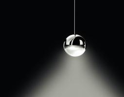 Designové světlo v podobě skleněné kuličky