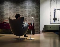 Pohodlné křeslo s praktickou lampou