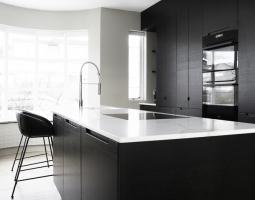 Moderní černobíla kuchyně