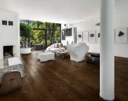 Tmavá podlaha se světlým nábytkem