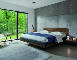 Betonová ložnice se dřevem
