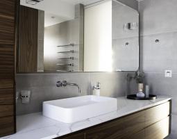 Masivní decentní koupelna
