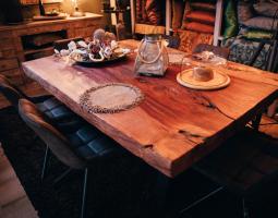 Masivní jídelní stůl s jídelními židlemi