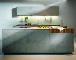 Moderní šedá betonová kuchyně