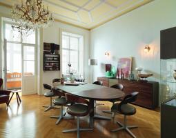 Oválný jídelní stůl se židlemi