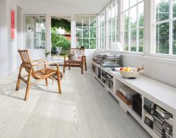 Podlaha v šedobílé barvě