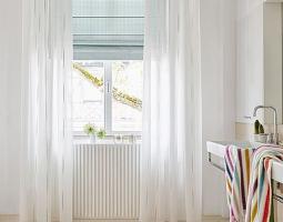 Světlé průsvitné závěsy podpoří světlost místnosti