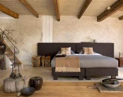 Hnědá postel se širokým záhlavím Monza