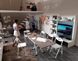 Praktická obývací stěna s ukrytým stolem
